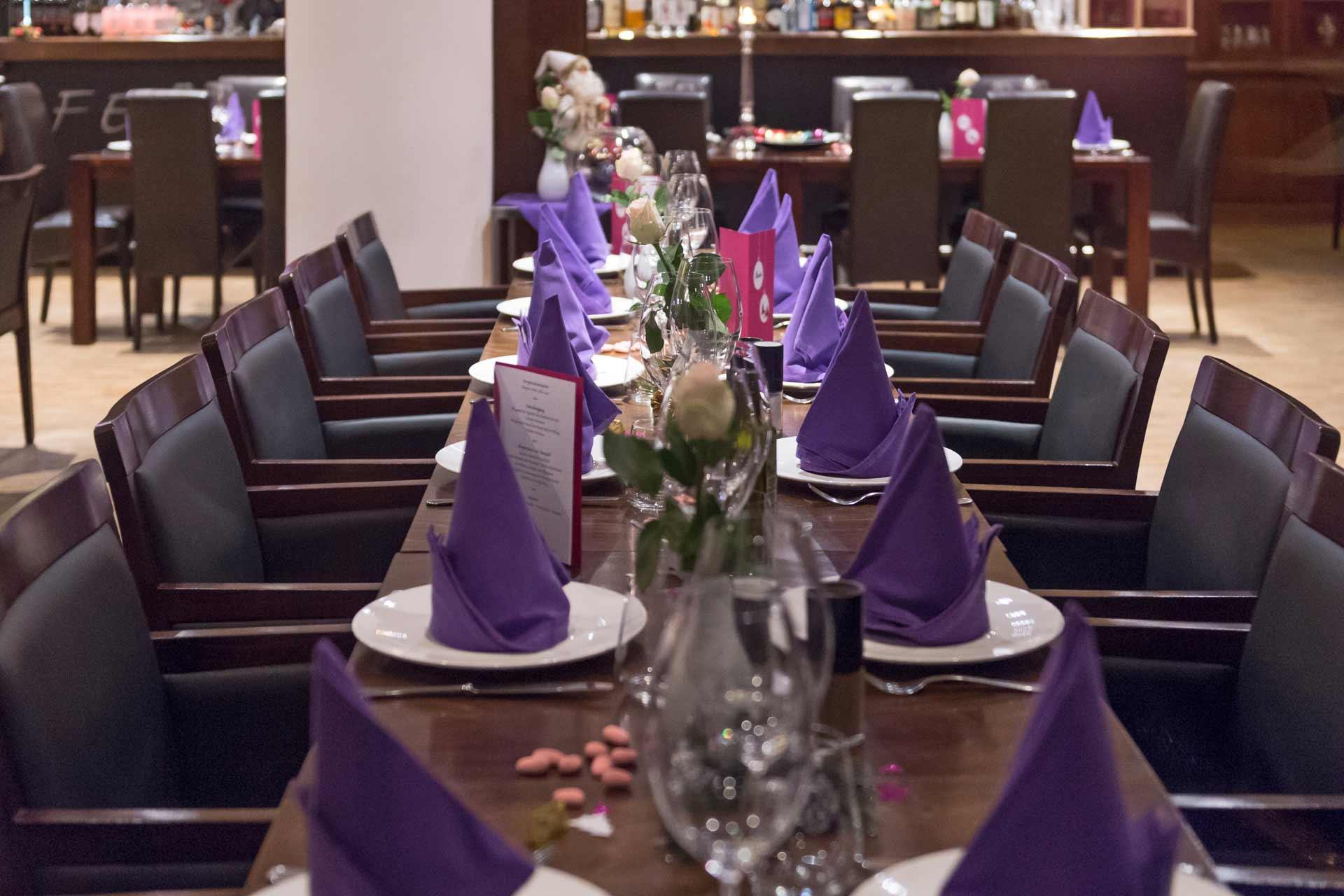 Ein angerichteter Tisch in der Ferrucci Winebar in Darmstadt